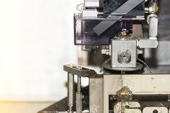 高技术和精确度由cnc导线裁减机器的模子切口有拷贝空间的 库存照片