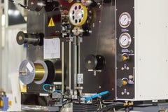 高技术和精确度由cnc导线裁减机器的模子切口自动导线饲料系统的关闭在工厂 库存照片