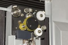 高技术和精确度由cnc导线裁减机器的模子切口自动导线饲料系统的关闭在工厂 免版税库存图片