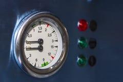 高技术和现代咖啡机的锅炉双重压力表零件有信号灯的 图库摄影