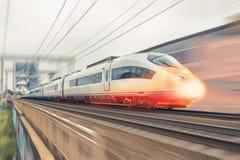 高速列车乘坐超音速与热的灼烧的鼻子前面 库存照片