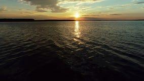 鸟瞰图 令人惊讶的天空在水中反射了 在湖的美好的日落 股票录像