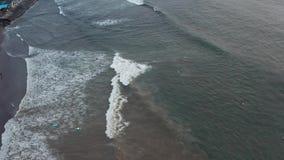 鸟瞰图 海浪空中寄生虫英尺长度碰撞在岸的 飞行海洋 巨型通知 股票视频