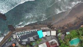 鸟瞰图 海浪空中寄生虫英尺长度碰撞在岸的 飞行海洋 巨型通知 影视素材