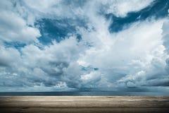 黑暗的云彩在开放海洋 免版税库存照片