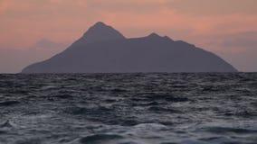 黑暗的海岛和波浪在黎明 股票视频