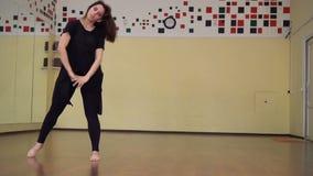黑衣服和绑腿的少女舞蹈家 芭蕾舞女演员跳舞 股票录像