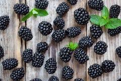黑莓和薄荷叶在木背景 免版税库存图片