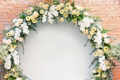 黄色背景婚礼花曲拱装饰美好的花的bouqet白色和 免版税库存照片