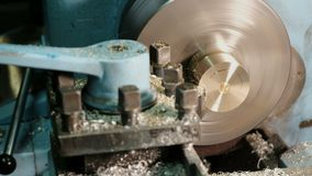 黄铜空白的饰面操作在翻转机的与切割工具 老转动的车床机器在转动的车间 股票录像