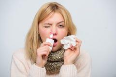 鼻孔喷射鼻涕补救 女孩患者举行鼻下落和组织 家庭处理 鼻下落塑料瓶 免版税库存照片