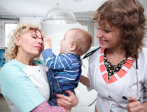Één éénjarige baby het spelen met doctor'sglazen Royalty-vrije Stock Afbeeldingen