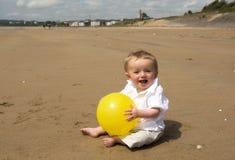 Één éénjarige babyjongen het spelen met een voetbal op het strand Royalty-vrije Stock Afbeelding