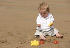 Één éénjarige babyjongen het spelen met zand op het strand Stock Foto