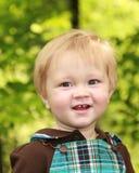 Één éénjarige die bij camera glimlacht stock fotografie