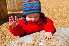 Één Éénjarige die bij Park spelen stock afbeelding