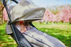 Één éénjarige van het babymeisje de slaap in kinderwagen in park royalty-vrije stock foto's
