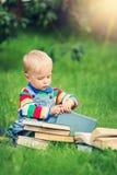 Één éénjarigebaby die een boek lezen Royalty-vrije Stock Foto's