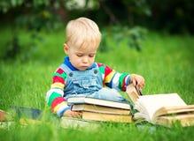 Één éénjarigebaby die een boek lezen Stock Fotografie