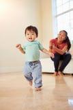 Één Éénjarigejongen die Eerste Maatregelen met Moeder treffen Royalty-vrije Stock Fotografie