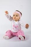 Één éénjarigezuigeling die zeepbels probeert te vangen. Stock Afbeeldingen