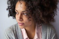 Één aantrekkelijke Afrikaanse Amerikaanse vrouw Stock Afbeeldingen