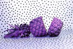 Één ananas op pouaachtergrond stock fotografie