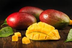 Één of andere mango op beboste raad Royalty-vrije Stock Afbeeldingen