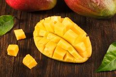 Één of andere mango op beboste raad Stock Foto