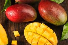 Één of andere mango op beboste raad Royalty-vrije Stock Afbeelding
