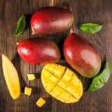 Één of andere mango op beboste raad Royalty-vrije Stock Foto's