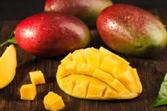 Één of andere mango op houten raad Royalty-vrije Stock Afbeelding
