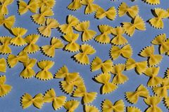 Één of andere ruwe die macaroni op blauwe achtergrond wordt geïsoleerd royalty-vrije stock afbeelding
