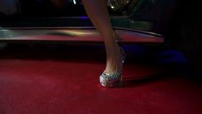 Één of andere vrouw die uit een Korvet bij nacht stappen stock videobeelden