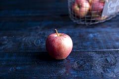 Één appel op een blauwe achtergrond Vrije ruimte voor tekst royalty-vrije stock afbeeldingen