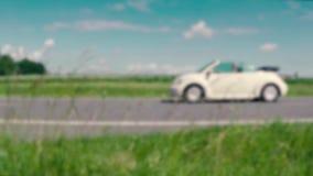 Één auto beweegt zich van rechts naar links in langzame motie stock footage