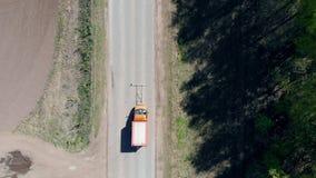 Één auto merkt een nieuwe weg met witte verf stock video