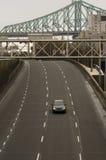 Één auto op de brug van de vier steegweg op achtergrond Stock Fotografie