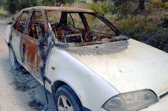 Één auto op de weg te branden Stock Foto