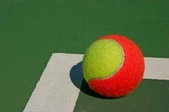 Één bal in een hoek Stock Foto