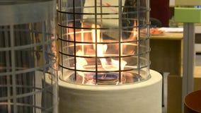 Één Biofireplace Zet biofuel op ethylalcohol fireplot open haard op stock videobeelden