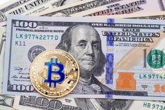 Één Bitcoin op honderd dollarsrekening Stock Fotografie