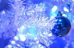 Één blauwe Kerstmisbal stock afbeelding