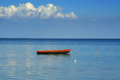 Één boot, één zeemeeuw en één wolk royalty-vrije stock foto