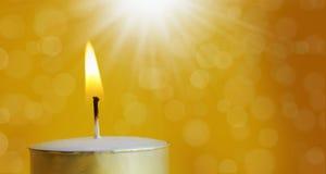 Één brandende kaars met helder wit licht Royalty-vrije Stock Afbeelding