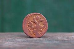 Één bruin Russisch retro muntstuk met een adelaar op een grijze lijst royalty-vrije stock foto's
