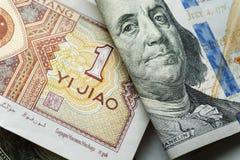 Één Chinees yuansbankbiljet op divers ons dollar stock foto's