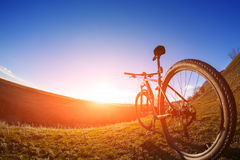 Één cyclus op een heldere dag met mooie landschapsachtergrond royalty-vrije stock afbeelding