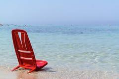 Één dag bij het overzees met de rode stoel Royalty-vrije Stock Foto's