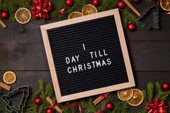 Één Dag tot de brievenraad van de Kerstmisaftelprocedure op donker rustiek hout stock foto